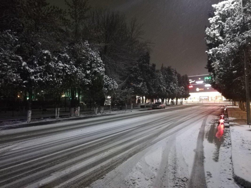 На 225 улицах Шымкента убирают выпавший за ночь снег, фото-3, Фото: Шуддин Саидов Otyrar TV
