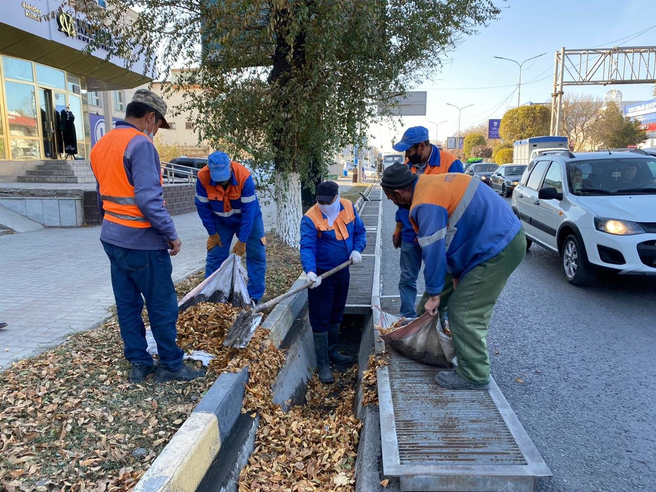 Ирригационное каналы очищают от мусора в Шымкенте, Пресс-служба акимата Шымкента