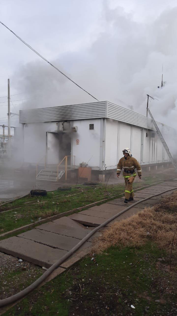 На месте происшествия работали 27 человек личного состава и пять единиц техники Службы пожаротушения ДЧС Шымкент, ДЧС Шымкента